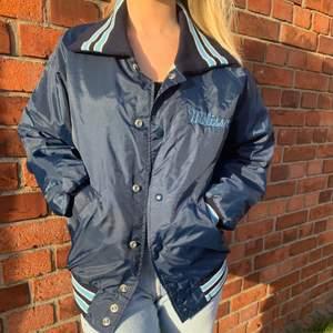 Äkta oldschool 80's Vintage jacka/ Collegesport jacka💙 Storlek M passar allt ifrån XS - L💙 vid frågor angående jackan skriv i dm'💙Direkt pris:450💙 köparen står för frakten💙