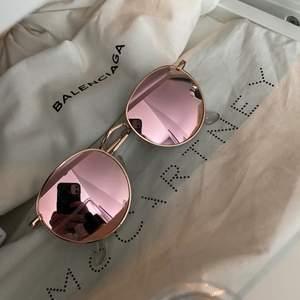 Superfina solglasögon ifrån ginatricot med spegelglas. Köpta för flera år sedan så finns ej att hitta idag. Aldrig använda. Pris 100kr + frakt