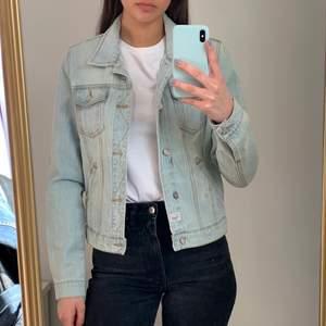 Oanvänd jeans jacka i storlek i S.  Köparen står för frakten som ligger på 65 kr och betalning sker via swish<3