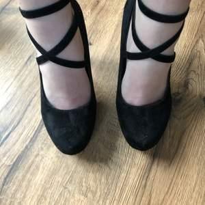 Svarta heels/ klackskor, rött under dock har lite av det röda försvunnit då jag använt dom✨ Minns ej vart jag köpte dom & hittar ingen storlek men gissar på 37 då jag har det✨ 50kr + frakt Köparen står för frakten💞