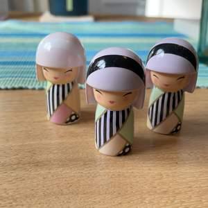 De är i bra skick, säljer pga har flera i samma. Man får en ask med per docka man köper, dockorna säljs för 30kr st, exklusive frakt, frakten beror på hur många man köper:)