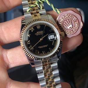 Helt ny super clone 36mm two tone Rolex Datejust Black Dial Rome. Helt automatisk och vattentät till 100m djup. Fraktas om köpare står för frakten själv på 103kr Rek spårbart. Annars finns klockan att hämta i Eslöv.