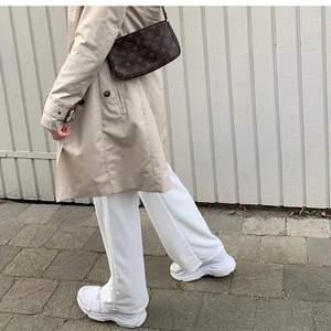(Lånad första bild men de är samma skor) säljer mina skor då de blivit försmå, ett par vita chunky sneakers skit snygga. Hade behållt dom själv ifall de inte var försmå. De är speciellt snygga till vida byxor 😍 i storlek 36. •man får med ett par nya skosnören som man fick med skorna (kan skicka bild till dig om du är intreserad) •Tvättar också skorna innan ja skickar de🥰🥰 (säljer  också liknande byxor som de på första bilden. skriv privat om ni är intresserade av något)