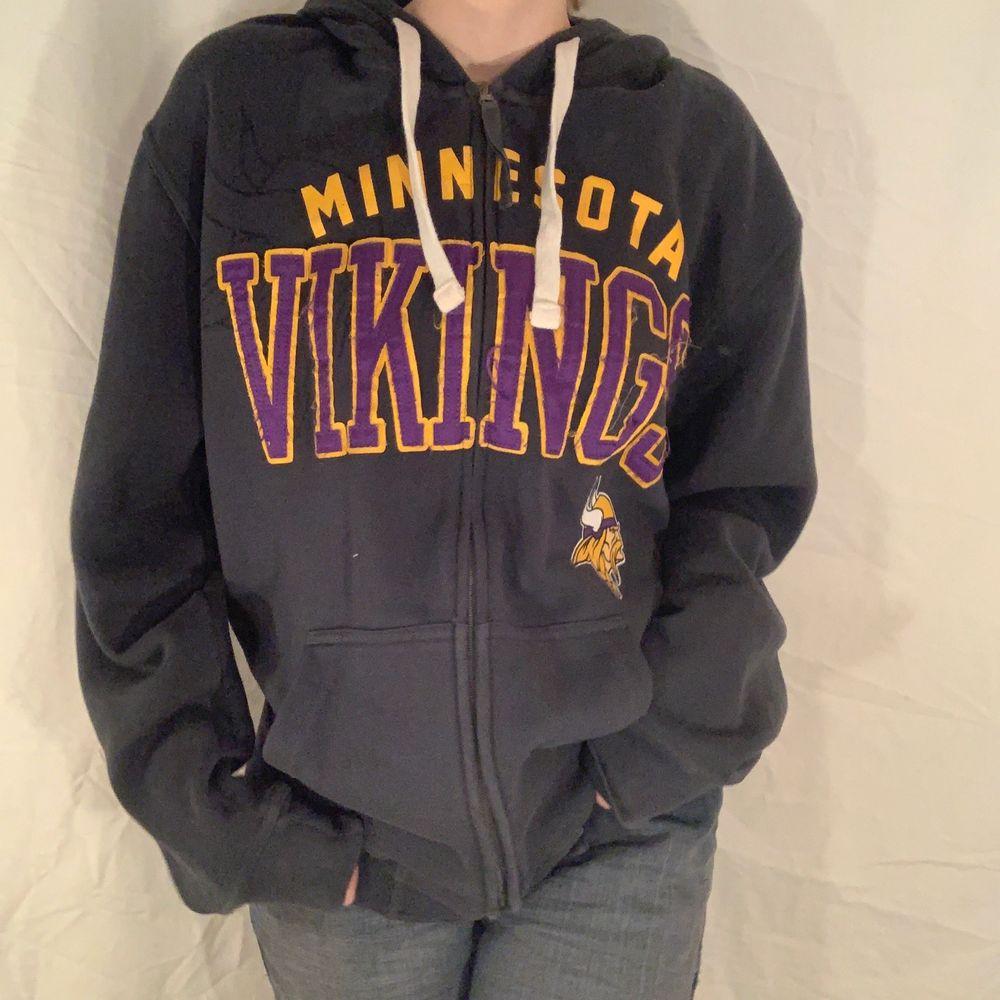 Mörkgrå hoodie med lila och gult tryck som läser Minnesota Vikings från NFL. Fint skick. . Huvtröjor & Träningströjor.