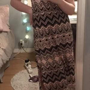 Somrig rosa klänning med svart mönster, fin detalj i ryggen och en slits på en sidan 😊 säljer för 70 kr+ frakt!