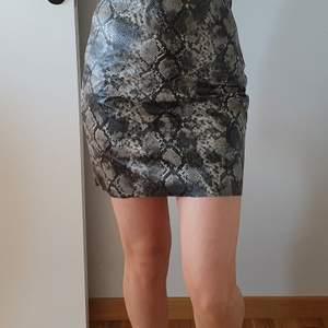 Orm kjol med orm print. Aldrig använd. Original pris 299 kr. Tar endast emot swish.