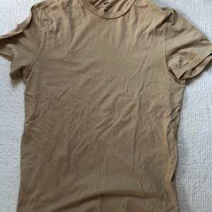 En bas Crewneck T-shirt Regular Fit Strl S. Inköpt våren 2020, använd flertalet gånger men mycket gott skick samt felfri. Nypris: 50kr
