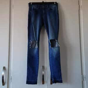 Dr. Denim, blåa jeans. Strl S. (Stretch) Aldrig använda. Köparen står för frakt. (Kan skickas som brev då blir frakten billigare, men då är det ej spårbart)