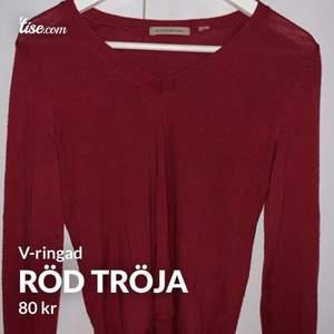 Röd tröja som är urringad, skönt material med långa armar och bra längd. Man känner sig bekväm i den. Inget fel på den förutom 1 litet hål där jag råkat få in nageln men det syns ej.