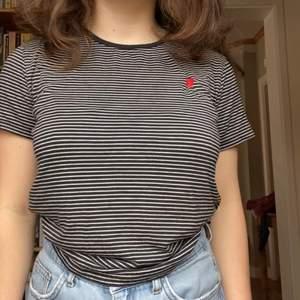 T-shirt i suuperskönt material med ett litet hjärta