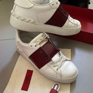 INTRESSEKOLL på mina sneakers från valentino, använda men fortfarande mycket bra skick