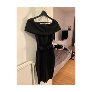 Fin klänning från boohoo i storlek 40, det är knytning vid midjan och liten slits där framme samt off shoulder. Använd 1 gång så den är i bra skick