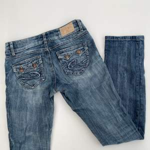 Lågmidjade raka jeans från Esprit. Superfina speciellt med fickorna där bak! Storleken är 27/30