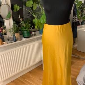 Jättefin långkjol från ginatricot som knappt är använd då det inte riktigt är min färg. Jättehärligt tyg och riktigt cool färg! 🥰❤️🤩