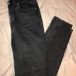 Jeans i slim modell från ginatricot. Rätt använda men har blivit försmå för mig så därav säljer jag dom. De blåa på bilden är samma modell som de svarta som jag säljer! (Säljer även de blåa!!)