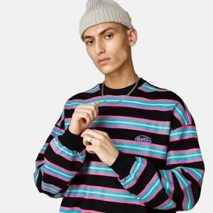 En snygg sweater från Junkyard. Använd cirka 5 gånger. Så i fint skick! Materialet är 100% bomull. Längd är 70 cm och bröstvidd 110 cm. Original pris 399 kr.  Köp nu!!! ✨✨✨✨