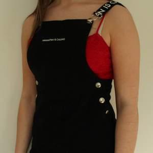 Fin svart hängselklänning. Den är lite kort för mig som är 167 cm lång! Knappt använd så den är i ett fint skick!! Köparen står för frakten!