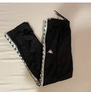 Säljer ett par kappa byxor i ett fint skick, otroligt snygga och sköna byxor. Storlek S men skulle även passa Xs och M beroende på hur man vill att dem ska sitta
