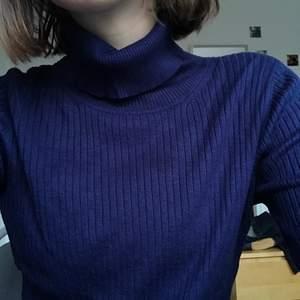 Mörkblå väldigt fin polo! I storlek L men krympte i tvätten så den är S-M 😊