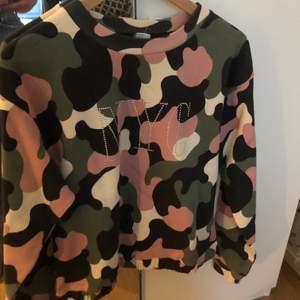 College tröja med militär mönster och NYC tryck. Storlek 170 från Lindex. Aldrig andvänd. Mysigt material. Säljer då den inte riktigt är min stil. Innan köpt för 249 kr.