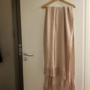 Jättemysig, varm och stor halsduk som också säkert skulle kunna användas som en liten kortare filt. Färgen kan beskrivas som en blandning av ljusrosa och beige. Kan hämtas upp i Stockholm Flemingsberg eller så betalar köparen för frakt. Jag samfraktar gärna 😊