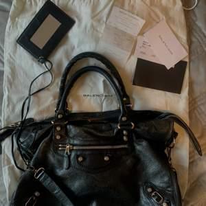 Intressekoll på min Balenciaga väska!  -Väskan är i super bra skick! -Köpt på Nathalie Schuterman för 14.995kr med kvitto som medföljer🖤  - Dustbag finns! Kan mötas upp eller fraktas med spårbarfrakt💗