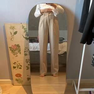 Beiga kostymbyxor från M-KAE - nyskick, använda endast en gång - strolek S - långa i benen - stretchiga i midjan.