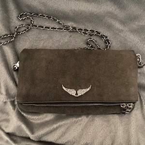 Säljer min fina fina  bruna/ mörkgrå zadig & voltaire väska!! 🤍 den är sparsamt använd och säljer då den inte kommer till användning längre💘