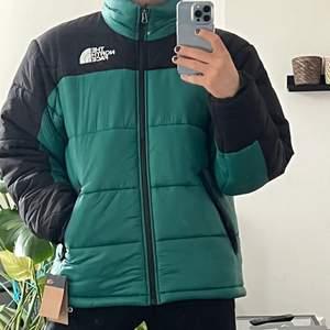 Himalayan Insulated Jacket i storlek M. Jättevarm och gosig jacka som jag aldrig använt då jag köpte två stycken förra året och glömde lämna tillbaka denna i tid, och har legat i kartongen sen dess. Ser lite mer varmgrön ut i verkligheten. Nypris 2400 kr. Finns i Jönköping, annars står köparen för eventuell frakt! :)
