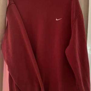 En mörkröd sweatshirt i storlek M från Nike köpt här på plick för 500, säljer för 300! Sliten vid kragen och slutet på ärmarna sen tidigare då jag fick hem den så från hon jag köpte den av. Kan mötas i Trollhättan eller frakta, pris kan diskuteras 💕💕
