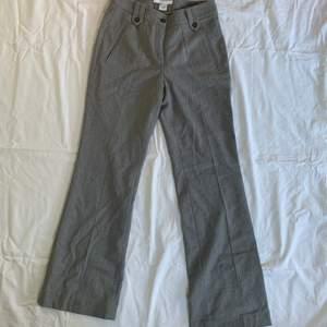 Ett par gråa midwaist kostymbyxor från GANT. De är bootcut och långa på mig som är 160.☺️  Midjemått: 70 cm