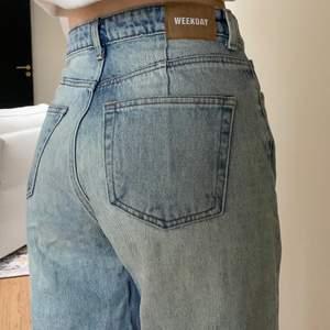 Säljer dessa ljusa och vida jeansen som tyvärr inte kommer till användning pga för korta i benen (jag är 170)💕 skulle passa perfekt för dig som är ca 2 cm kortare skulle jag säga! Eller om man gillar dem lite längre såklart😁 Är inte helt säker på storleken, men de passar perfekt på mig som vanligtvis har storlek 26 på jeans!