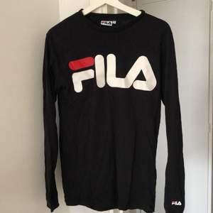 Långarmad svart fila tröja med tryck.