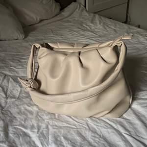Beige stor väska från nakd! Som ny. Knappt använd. Dragkedja och innerfack