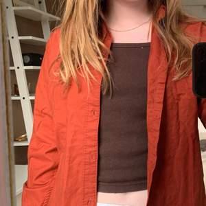 En snygg röd/orange/rostig färgad skjorta 🥰 jättesnygg till sommaren med nått linne under