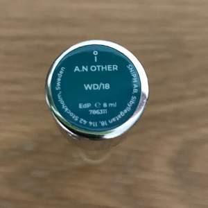 **50% left of 8ml** sprayer. Nypris 199kr + frakt. A.N. Other är grundat av av ett Miami-baserat par med visionen att utmana parfymindustrins konventioner genom hållbara, lyxiga dofter som sätter människorna och parfymörerna i fokus. WD/18 av Patricia Bilodeau är en modernt träig parfym skapad för att förhöja fokus och stimulera intuitionen. Efter den värmande basen av sandelträ följer en omslutande mittpunkt av iris, som toppas av ljummet päron för en perfekt avslutande twist.  Komplexitet Lätt komplex Noter Iris, Sandelträ, Päron Doftgrupp Träigt. Smoke and pet free storage space.   Happy to bundle. Will gladly take more pics.  Disclaimer: Please expect some general wear in all secondhand pre-owned items as they have lived a previous life, so do not expect a mint item.   **TRACKED SHIPPING VIA POSTNORD**
