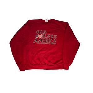 En fin röd sweatshirt med ett tjockt tyg av bra kvalite. Med ett tryck som också har väldigt bra kvalite vilket är amerikanskt och fint. Köpt på en trifthstore i USA