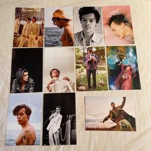 Foton med Harry styles🌦🌈 Fotona är styva,glansiga och 10x15 cm stora. Obs: inte vanligt papper!💥 10kr st💥
