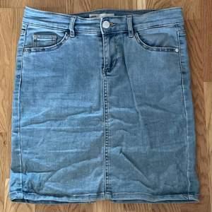 En stretchig jeanskjol med hög midja från Cubus från 3-4 år sedan.