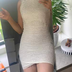 Säljer denna supersöta vita klänningen med spets. Säljer då den är för liten och lite tajt vid låren. Passar perfekt vid finare tillfällen och när man vill känna sig sig extra fin🌷