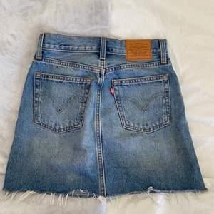 Superfin Levis kjol i stl 23💗 den passar även 24/25 då den är stor i storleken💗 använd fåtal gånger, köp direkt för 245 först till kvarn💗