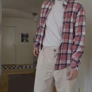 En superfin oversized skjorta från Dobber i nyskick! Världens finaste färger och så luftig, perfekt till sommaren! Går att mötas i Lund eller frakta!