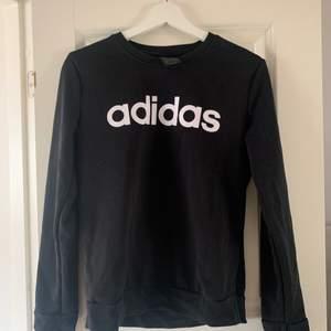 Sweatshirt från adidas. Köpare står för frakt.