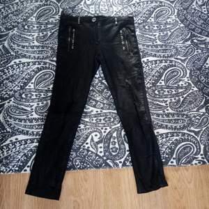 Coola byxor med svart läder framtill och marinblått tyg baktill. Fina silvriga detaljer där framme! Jag är 173 cm och har långa ben, detta gör att de tyvärr är för korta för mig i benen :(