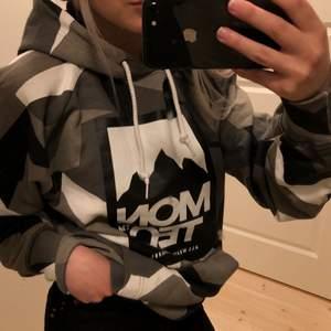 Supersnygg hoodie från montec! I nyskick då jag knappt använt den. Rätt stor i storleken, passar definitivt en S också💕
