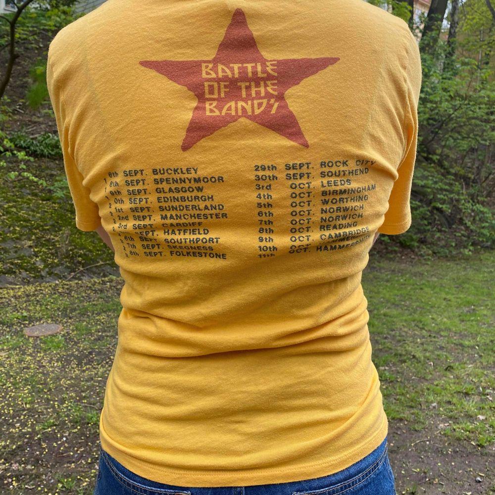 En vintage band-teeshirt med snörning fram, supersnygg passform 👌 Passar S-L 🐆. T-shirts.