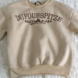 Sweatshirt från Shein💞 lite lite nopprig annars fint skick (inga fläckar eller hål)❣️ storlek S. Slutsåld på Shein