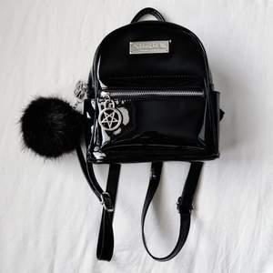 Deadstock Killstar Darcy mini backpack i lack! I jätte bra skick 🖤 Bara samlat på sig damn så förtjänar ett nytt hem! Slutsåld sedan 2018. Frakt på 66 kr tillkommer 💌 ⚠️OBS upplagd på fler sidor, först till kvarn ⚠️