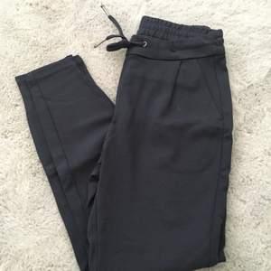 """Mörkblå """"fin"""" byxor från Vero Moda strl xs."""