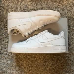 Hej. Jag säljer några helt nya par Nike Air Force 1 Low White 07 (Womens) i storlekarna 36, 37,5, 38, 38,5, 39, 42 och 42,5 för 950kr st ink frakt. (Under Retail).  Fraktar samma eller nästa dag efter betalning.       Skriv gärna om du har några frågor om skorna.